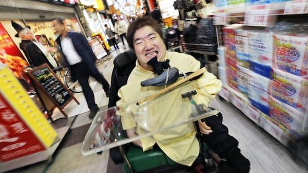 車いすで笑い究める お笑い芸人、ホーキング青山さん