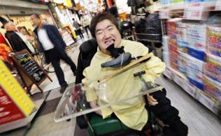 お笑い芸人のホーキング青山さん=沢井慎也撮影