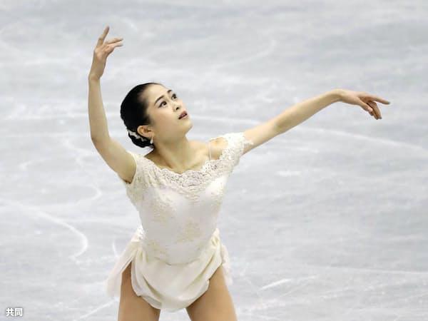 女子SP 演技する宮原知子(9日、広島県立総合体育館)=共同