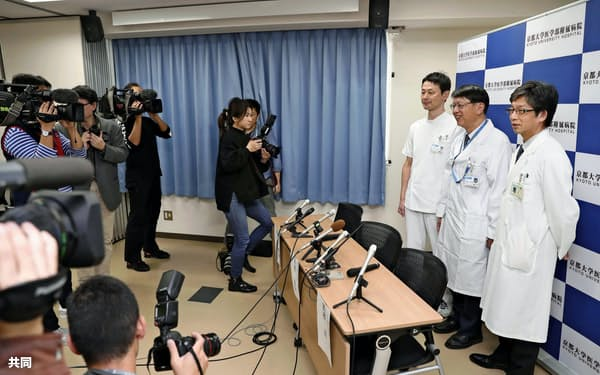 記者会見を終え、写真撮影に応じる高橋淳教授(右端)ら京都大チーム(9日午後、京都市)=共同