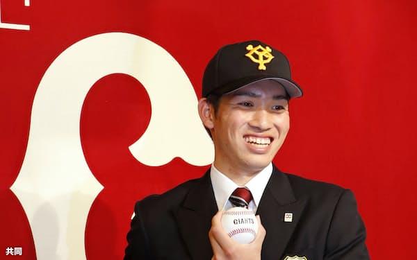 入団に合意し、笑顔でポーズをとる巨人ドラフト1位の高橋優貴投手(9日、青森県八戸市)=共同