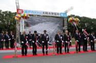 テープカットやくす玉割りで竣工を祝う関係者(9日、岡山県瀬戸内市)