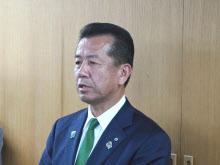 懇談会終了後、記者団の取材に応じる茨城県東海村の山田修村長(9日、同村役場)