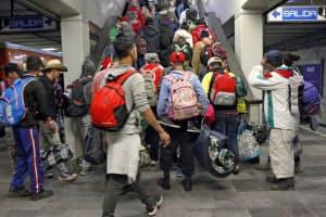 地下鉄を使い北上を再開した中米からの移民集団(9日、メキシコシティ)=EFE