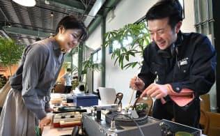 音源を持ち込みオリジナルのレコードを作る東洋化成のブース(東京都港区)