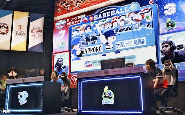 野球ゲームで対戦する「eスポーツ」プロリーグの開幕戦(10日、東京都渋谷区)=共同