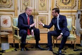 フランスのマクロン大統領(右)と会談するトランプ米大統領=ロイター