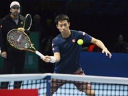 男子テニスの日東電工ATPファイナルを前に、試合会場で最終調整する錦織圭(10日、ロンドン)=共同