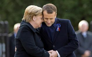 10日、パリ近郊での式典に出席したフランスのマクロン大統領(右)とドイツのメルケル首相=AP