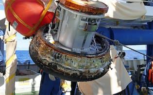 船で回収した小型カプセル(JAXA提供)