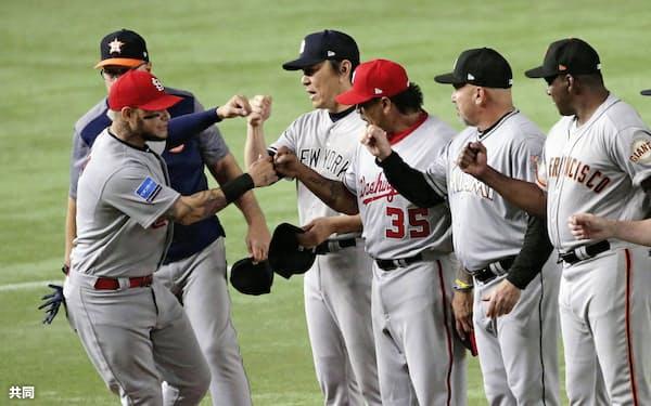 第1戦の試合前のセレモニーで、MLBの松井コーチとタッチを交わすモリーナ(左端)。今回、真のオールスターと呼べるのは彼くらいだ=共同
