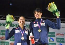 クライミング複合で優勝し、表彰台で笑顔の野口啓代(左)と楢崎明智(11日、倉吉体育文化会館)=共同