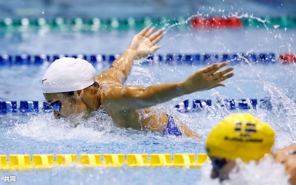 女子100メートルバタフライ決勝 サラ・ショーストロム(手前)を破り優勝した池江璃花子(11日、東京辰巳国際水泳場)=共同