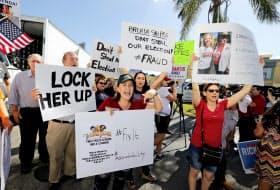 フロリダ州では選挙での不正行為の可能性を指摘する抗議デモも起きている(9日)=AP