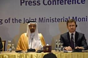 産油国はアラブ首長国連邦(UAE)の首都アブダビで会合を開いた(サウジのファリハ・エネルギー産業鉱物資源相=左、ロシアのノワク・エネルギー相)