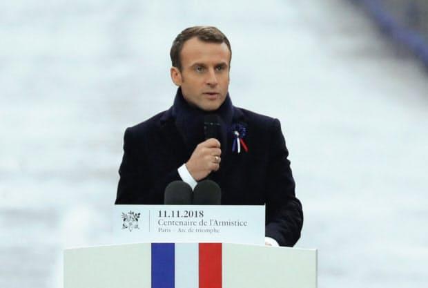 ナショナリズムの高まりに懸念を示したマクロン仏大統領(11月11日、パリ)=ロイター