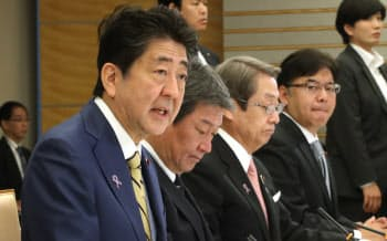 経済財政諮問会議であいさつする安倍首相(12日午前、首相官邸)