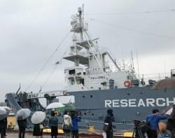 来年3月まで南極海で調査を担う(12日、山口県下関港)