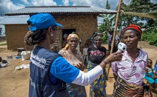 コンゴではエボラ出血熱が繰り返し流行している(同国東部で住民の体温を測る世界保健機関の職員)=ロイター