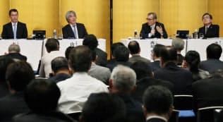 討論する(左から)吉本氏、山極氏、西尾氏、武田氏(10月19日、大阪市北区)