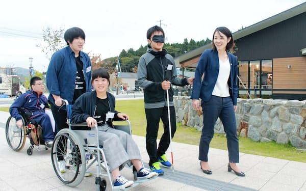 障害者の立場で市街地を点検した(9月、岩手県陸前高田市)
