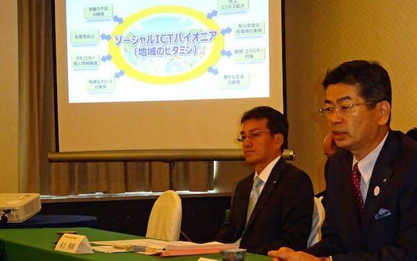 NTT西日本の小林充佳社長(右)は成長分野主導で売上高の復調めざす(12日、大阪市)