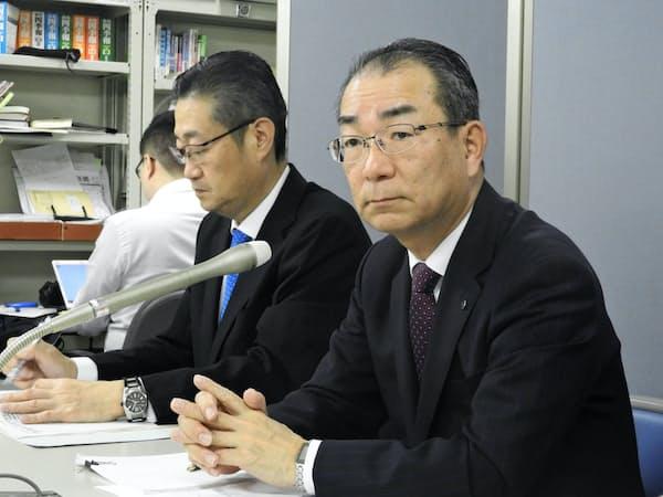 決算発表する北海道銀行の笹原頭取(右)