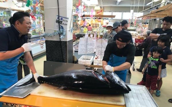 中村興産は自社のスーパーで定期的に生マグロの解体ショーを実施している(長崎県新上五島町)