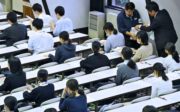 大学入学共通テストの試行調査に臨む高校生(10日、東京都目黒区の東京大学)