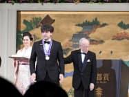 授賞式で京都賞のメダルを授与されたカール・ダイセロス氏(中)