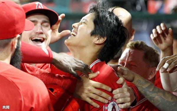 メジャー初本塁打を放ちチームメートに祝福されるエンゼルスの大谷翔平選手(4月3日のインディアンス戦)=共同