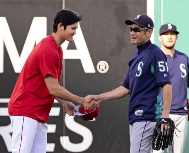 試合前にマリナーズのイチロー(右)と握手を交わす(9月13日)=共同
