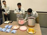 たんぱく質を入れてきた断熱容器(机上の中央にあるピンク色の容器)