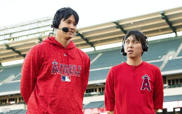今季のア・リーグ新人王に選出され、質問に答える米大リーグ、エンゼルスの大谷翔平選手。右は水原通訳(12日、アナハイム)=Angels Baseball提供・共同