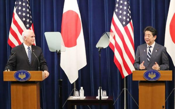ペンス米副大統領(左)とともに共同記者発表をする安倍首相(13日午後、首相官邸)