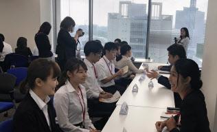 夏にインターンシップを経験する学生が増えている(東京・千代田)