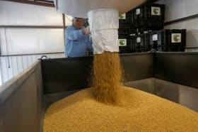 米国の大豆(写真)の生産は今年、過去最高を記録する見込みだが、中国などによる報復関税で輸出は大きく落ち込んでいる=ロイター