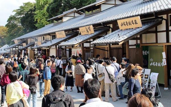 多くの観光客でにぎわう「金シャチ横丁」(名古屋市中区)