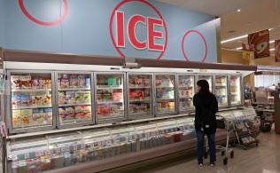アイスクリームでも値上げが広がりそうだ(量販店のアイス売り場)