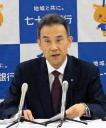 決算会見で説明する七十七銀行の小林英文頭取(9日、仙台市)