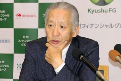 決算記者会見に臨んだ九州FGの上村基宏社長(13日、鹿児島市)