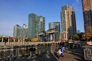 アマゾンが第2本社を開設するロングアイランド・シティーはマンハッタンとイースト川を隔てた対岸に位置する=ロイター