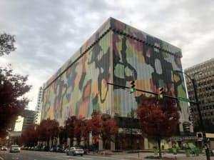 アマゾンの新本社が入居すると言われているビルはカバーで覆われていた(バージニア州、7日)