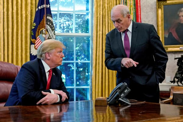 政権に強い規律をもたらしたケリー首席補佐官(右)の退任で政権混乱に拍車がかかる可能性がある=ロイター