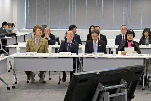 五輪スタッフのユニホームデザインは生駒座長(右)、香取委員(左)らが選考する