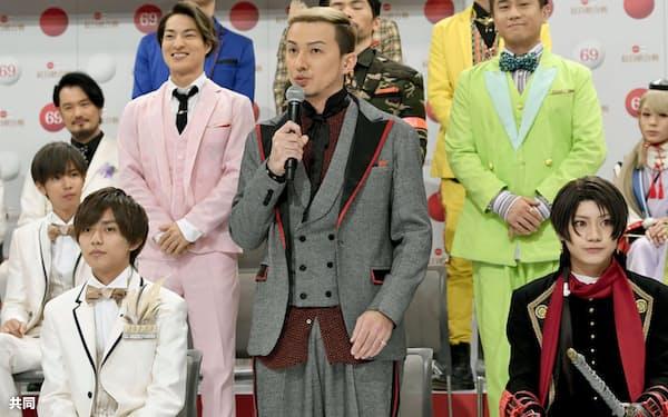 第69回紅白歌合戦に出場が決まり14日午後、意気込みを語る「DA PUMP」のISSAさん(中央、東京・渋谷のNHK放送センター)=共同
