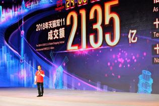 中国のインターネット通販大手、アリババ集団による「独身の日」のイベント。消費者の節約志向は明確で、ネット販売セールでのまとめ買いなどが起きている。