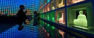 LEDで仏像が輝く幸国寺の納骨堂。供養に訪れる人を囲むように並ぶ2046体が色を変えながら一つの世界観をつくる(東京都新宿区)=伊藤航撮影