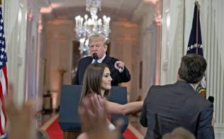 7日の会見で、CNNテレビの記者(右)の質問に批判を浴びせるトランプ大統領。同日、この記者はホワイトハウスの記者証を取り上げられた=AP