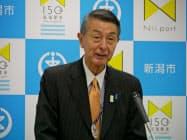 新潟市役所で記者会見する篠田昭市長(14日)